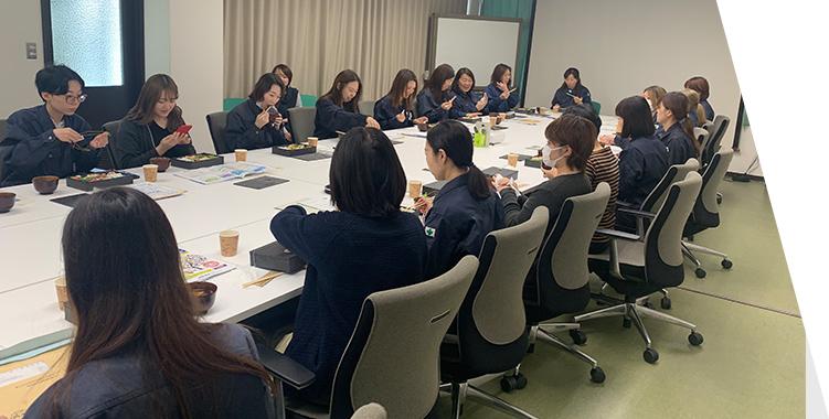 女性社員の昼食会の様子
